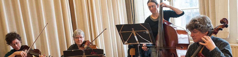 Musiker sitzend und stehend